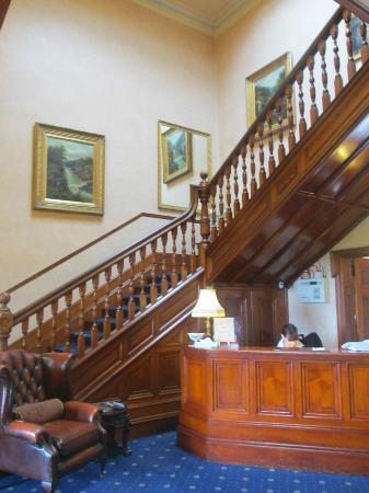 Ramnee Hotel: Escaleras y recepción