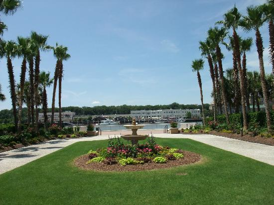 Westin Savannah Harbor Golf Resort & Spa: Front of the hotel facing the river....