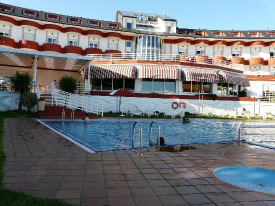 Hotel Spa Nanin Playa: Bonita vista del hotel y zona de piscina