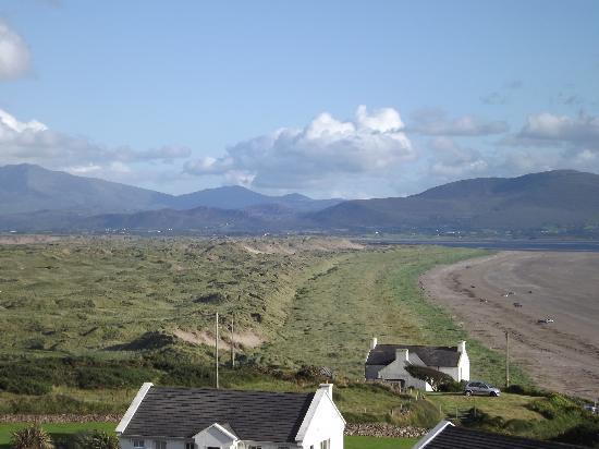 Inch Beach Guesthouse: View of the mountains from the side of the cottage