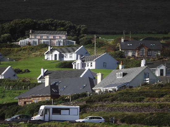 Inch Beach Guesthouse: Cottages nestled into the hill overlooking the beach