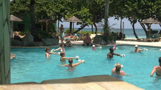 Pineapple Beach Club Antigua : water aerobics with instructor jaime