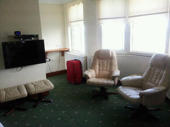 Queenscliffe: nice tv leather chairs sea view foot rests