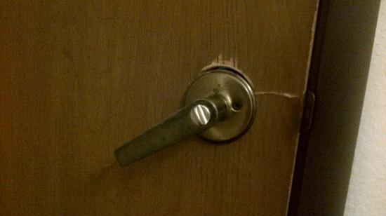 Super 8 Wisconsin Dells : Bathroom Door