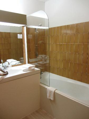 Hotel des Tuileries: Compact but clean and functional bathroom