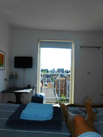 Kuwadro B&B Amsterdam Centrum : Bedroom 2 and balcony