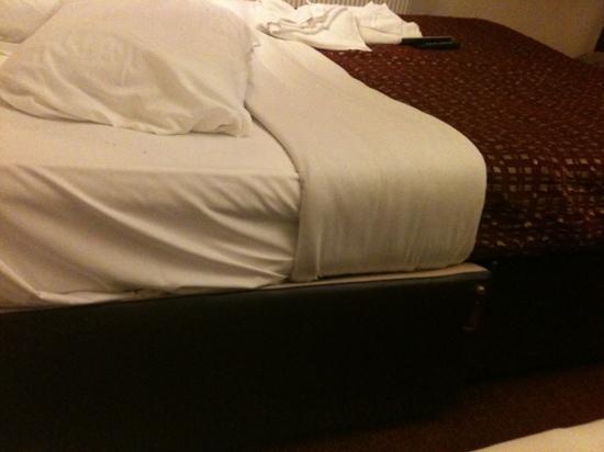 Saba Hotel London: wonky bed