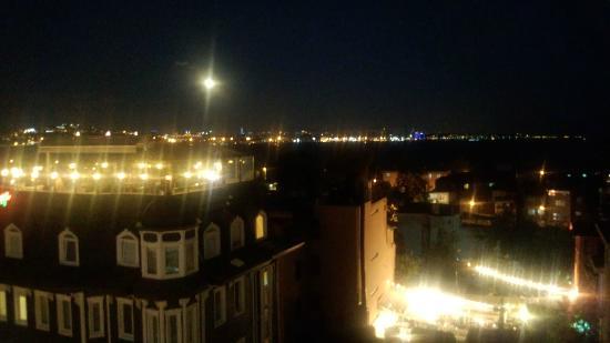 Agora Guesthouse: 屋上テラスからの夜景 月が近く感じられます。