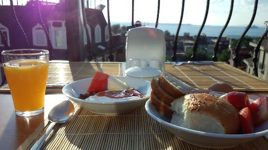 Agora Guesthouse: 朝日に照らされた海を眺めながらの朝食です。