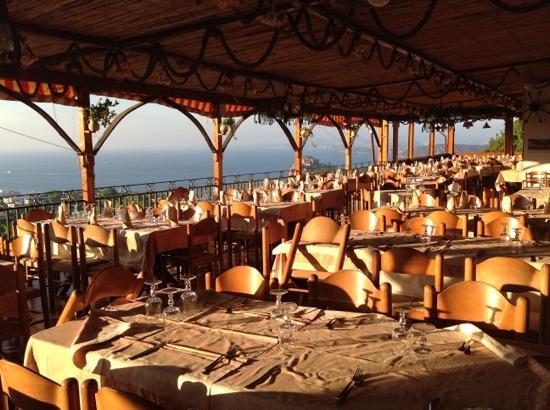 la terrazza dove si pranza o cena all\'hotel/ristorante La Capannina ...