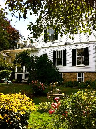 La Farge Perry House: The tranquil backyard of the Inn