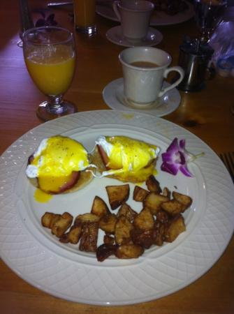 The Atherton Hotel: Eggs Benedict were very good, but it took forever for them to come out.