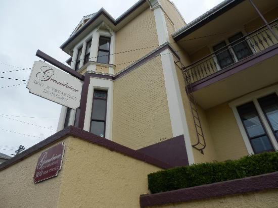 Grandview Bed Breakfast Dunedin: Top right Windows are Mahogony Room's
