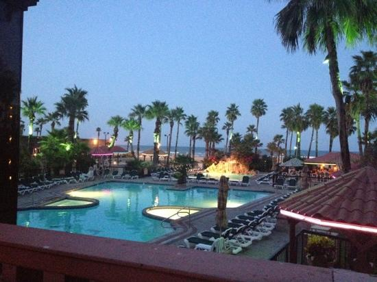 Isla Grand Beach Resort : beautiful view in the evening from the patio of the Windjammers resturant