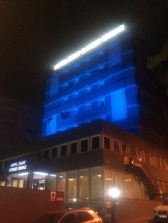 Hotel Zenit Conde de Orgaz: HOTEL DESDE FUERA POR LA NOCHE