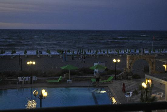 Golden Beach Hotel: Twilight at the pool/bar area