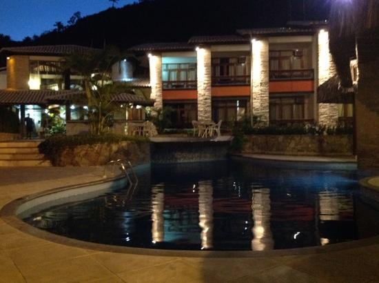 Quinta do Sol Praia Hotel: Piscina in notturna