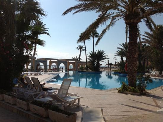 Zita Beach Resort: la piscine , et derriere, la mer