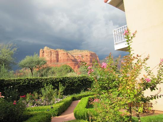 Canyon Villa Bed and Breakfast Inn of Sedona: Red rock country/ view from room