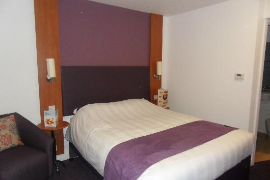 Premier Inn Basingstoke West (Churchill Way) Hotel: Our room