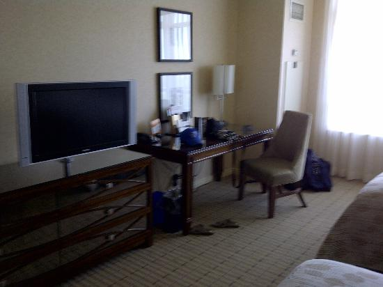 Caesars Windsor: tv and desk