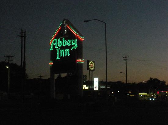 Abbey Inn & Suites: Abbey Inn sign at night