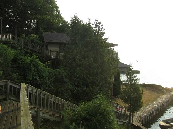 West Winds Motel & Cottages: View of cottage on water