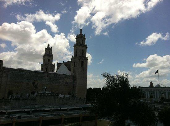 Caribe Hotel: Vista desde la zona de la alberca hacia la catedral