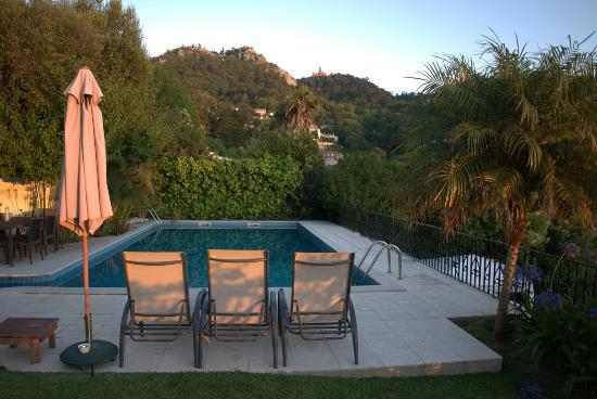 Casa do Valle: Pool with relaxing beds and umbrellas