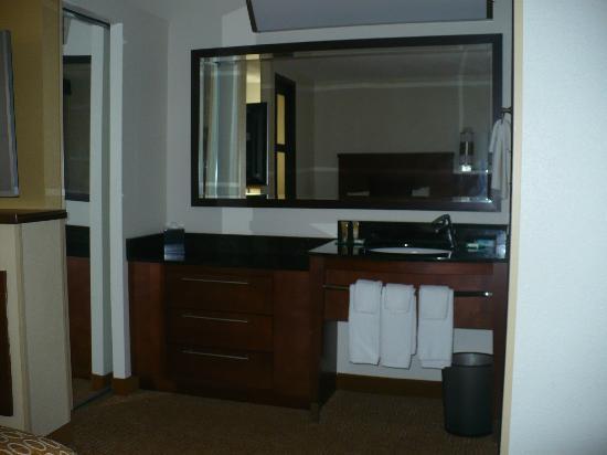 Hyatt Place Cincinnati/Blue Ash: bathroom sink is in front of the 2 queen beds