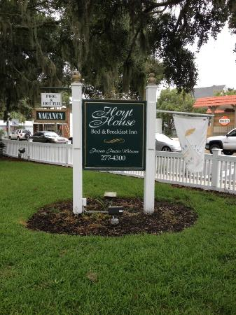 Hoyt House Inn: Front lawn sign