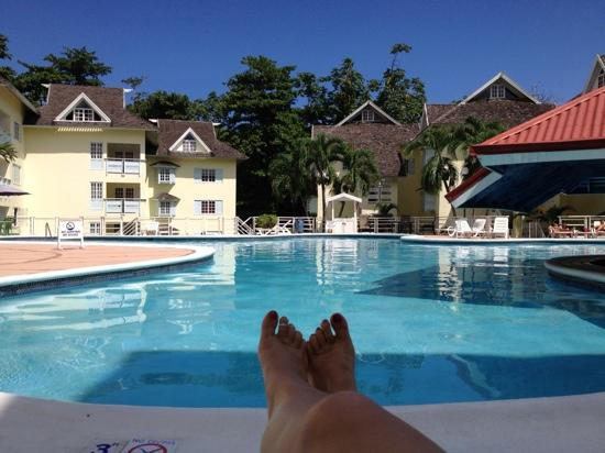 Mystic Ridge Resort: Relaxing with my wife around the pool....