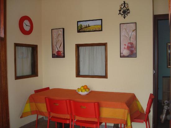 B&B Villa il Roseto: sala colazione rosa arancione