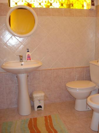 B&B Villa il Roseto: bagno rosa arancione