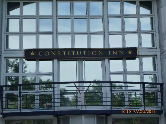Constitution Inn: Front entrance of the Hotel