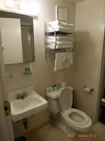 Constitution Inn: Bathroom room 432