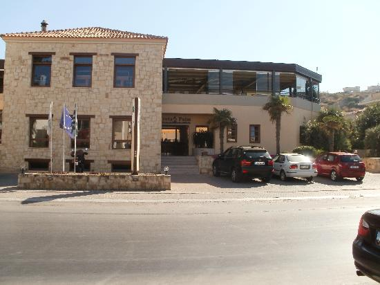 Creta Palm: Η είσοδος και η προσοψη του κτιρίου απο τον δρόμο