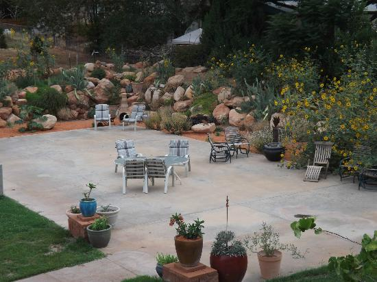 Zion Canyon Bed and Breakfast: well-tended patio and gardens
