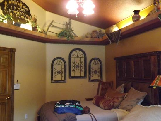 Zion Canyon Bed and Breakfast: fascinating decor throughout the inn