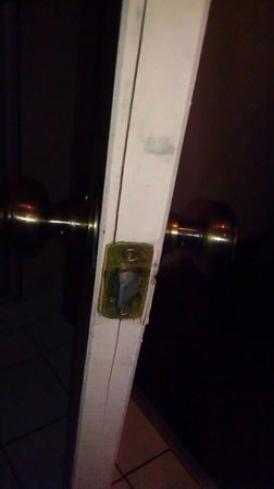 Nite Inn at Universal City:                   BROKEN DOORS, LOCKS DONT WORK EITHER.