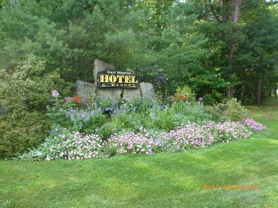 White Mountain Hotel and Resort: The indication to the Path entrance to the Hotel...