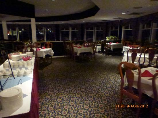 White Mountain Hotel and Resort : Breakfast /dining area... with view of the mountains surroundings...
