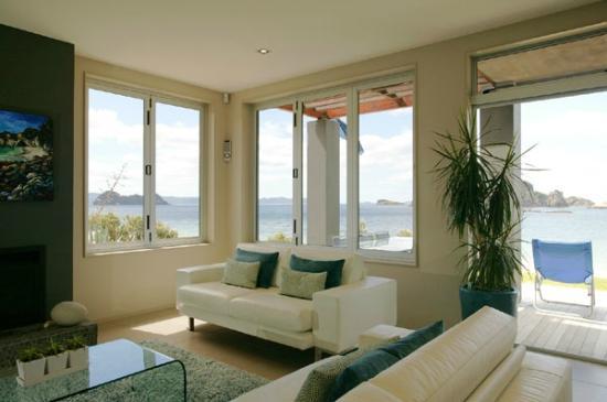 Hahei Oceanfront: Living room
