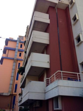 Hotel Bracciotti: Verwohnte Optik ausen, unbehandelter Beton ( im Hintergrund Hotel EUR )