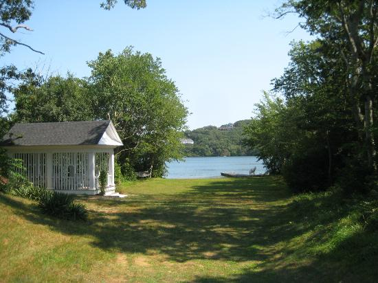 Scargo Manor Bed and Breakfast: Lake behind the house