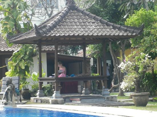 ‪‪Puri Dalem Hotel‬: Gazebo by rear pool