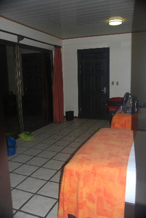 Arenal Manoa Hotel: view of the room looking at front door