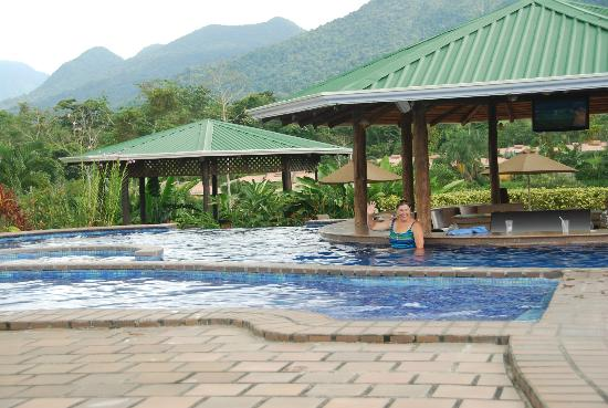 Arenal Manoa Hotel & Spa: pool and swim up restaurant/bar