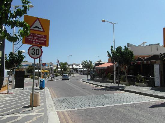 Mandalena ApartHotel: Road off hotel