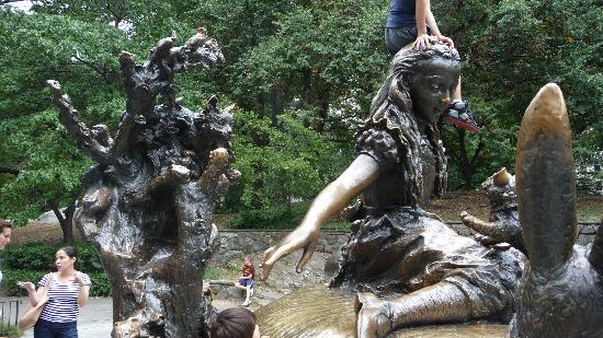 Alice in Wonderland Statue: Alice in wonderland